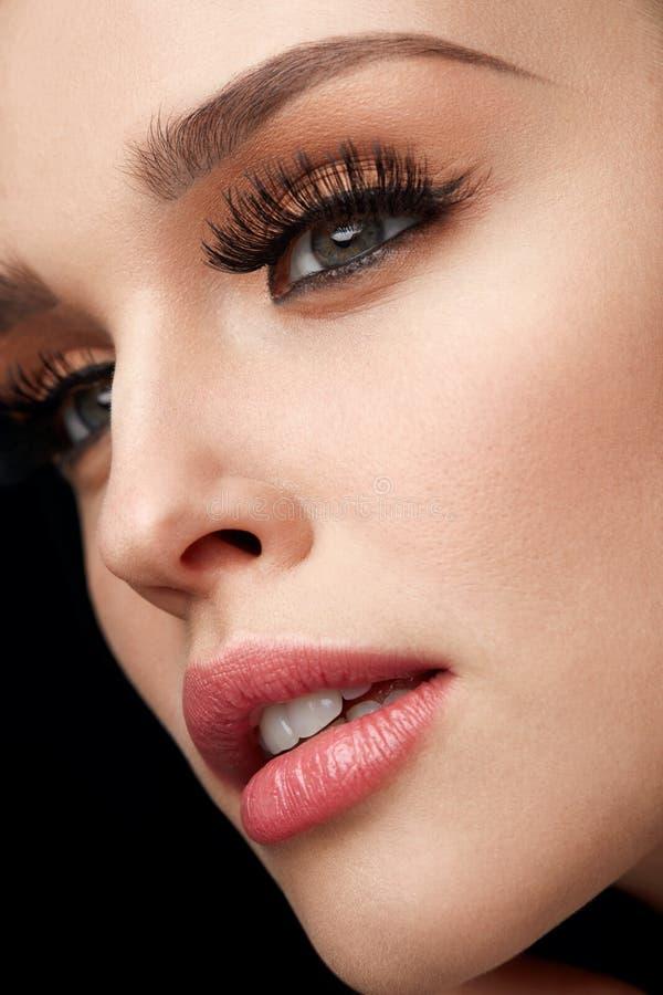Piękna kobieta Z Makeup, Miękką skórą I Długimi rzęsami, zdjęcia royalty free