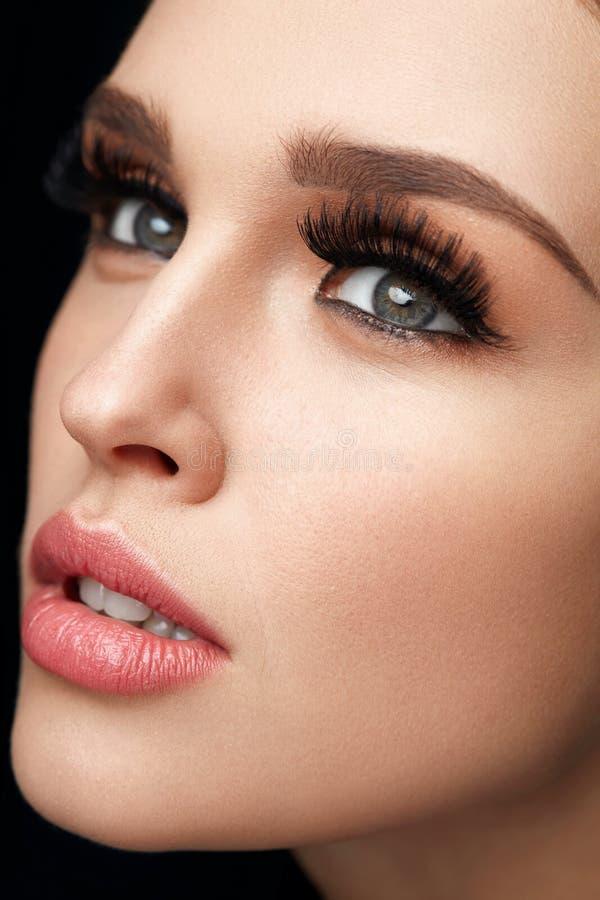 Piękna kobieta Z Makeup, Miękką skórą I Długimi rzęsami, obraz royalty free