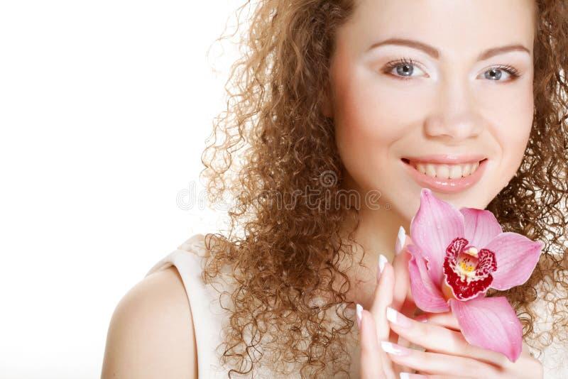 Piękna kobieta z menchia kwiatem fotografia royalty free