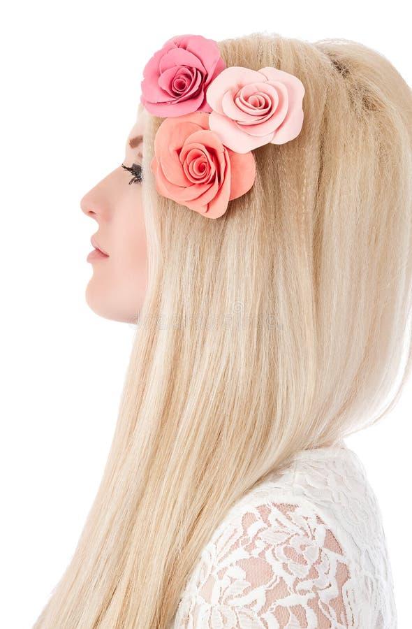 Piękna kobieta z menchiami kwitnie w hairs obrazy stock