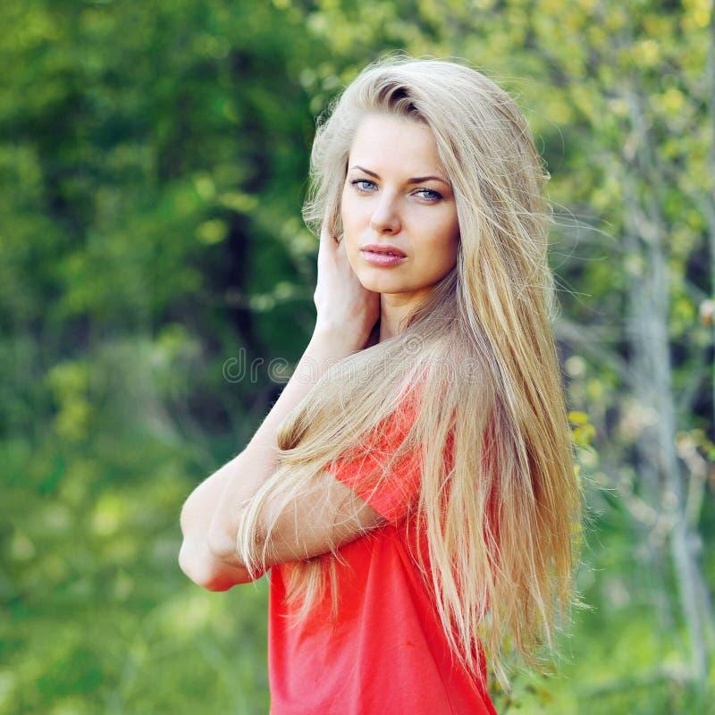 Piękna kobieta z modnym włosy - plenerowym zdjęcie royalty free