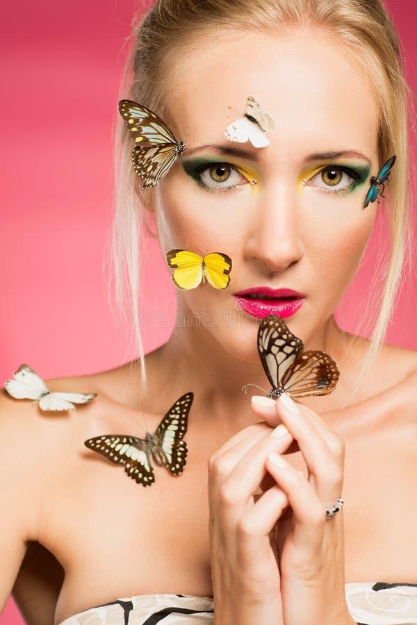 Piękna kobieta z motylami zdjęcia stock