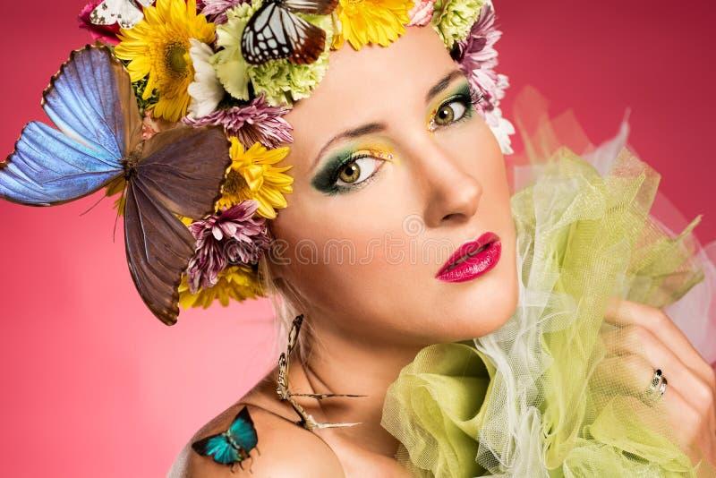 Piękna kobieta z motylami obraz stock
