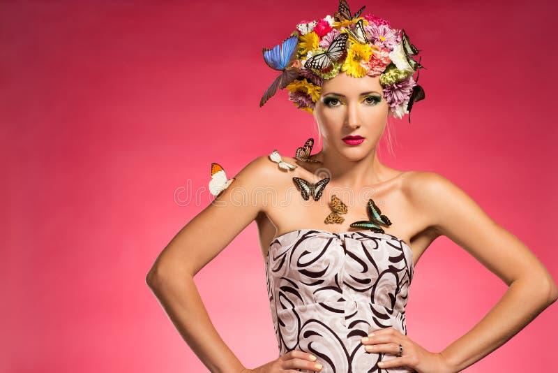 Piękna kobieta z motylami obraz royalty free