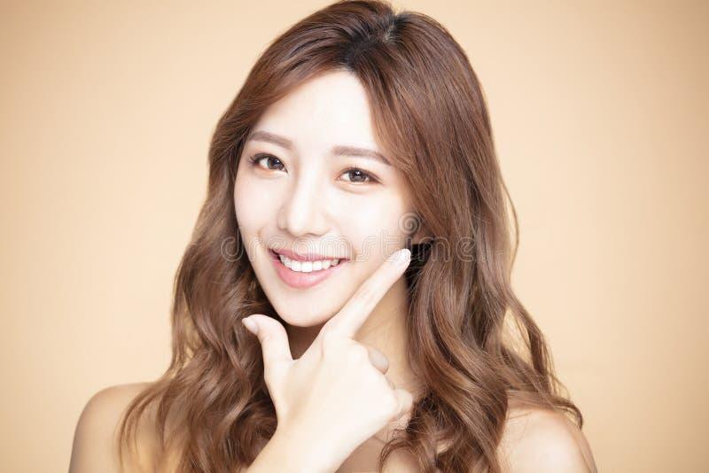 Piękna kobieta z naturalnym makeup i czystą skórą zdjęcie stock