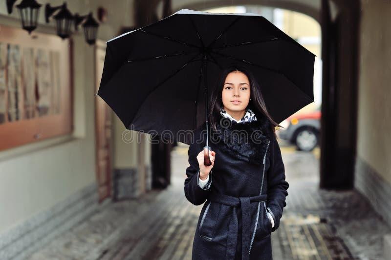 Piękna kobieta z parasolem w dżdżystej pogodzie zdjęcie stock