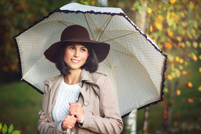 Piękna kobieta z parasolem w jesień parku obraz royalty free