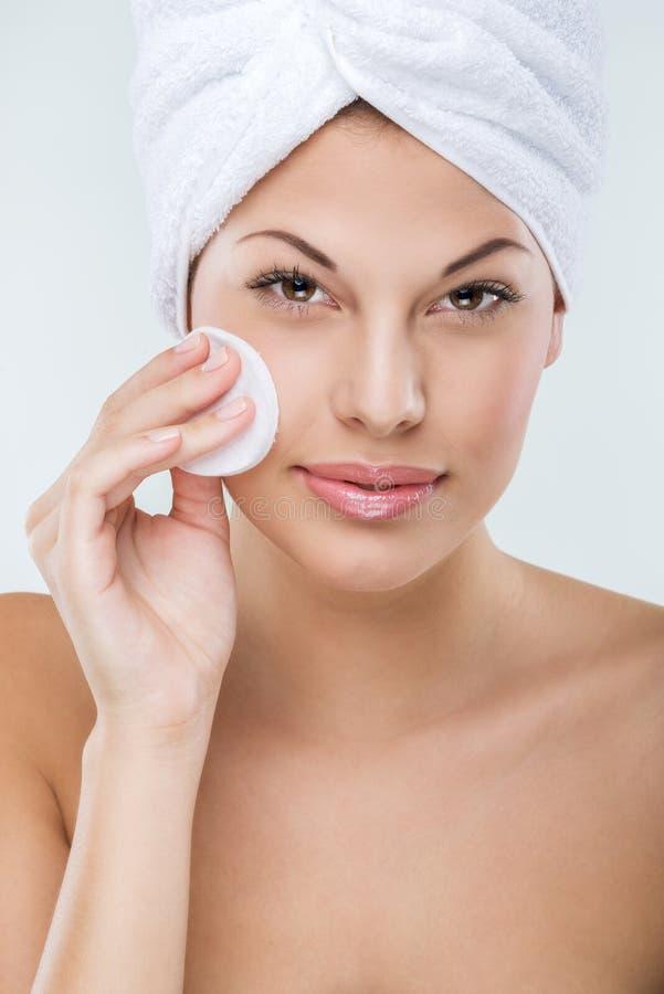 Piękna kobieta z perfect skóry twarzy czystym ręcznikiem na jej głowie obraz royalty free