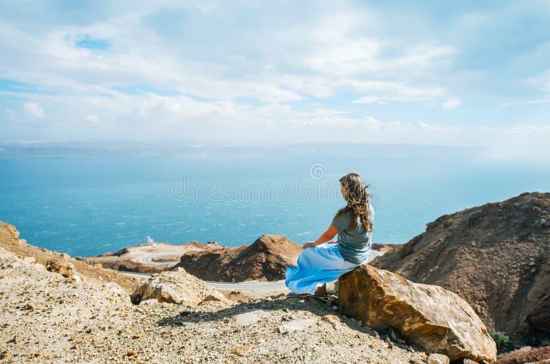 piękna kobieta z powrotem Widok Nieżywy morze w Jordania obrazy royalty free