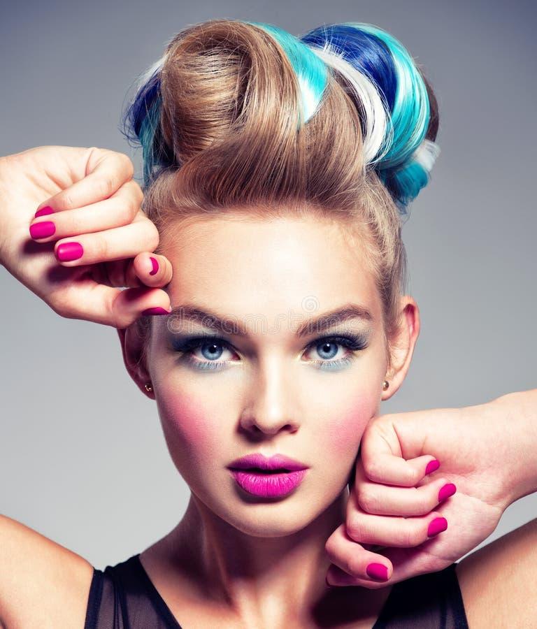 Piękna kobieta z różowymi gwoździami smokingowej mody złoty model obrazy stock