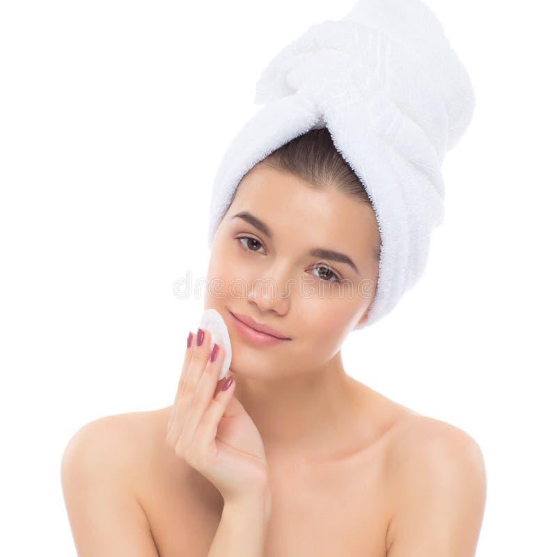 Piękna kobieta z ręcznikiem na jego głowie Usuwać makeup zdjęcie royalty free
