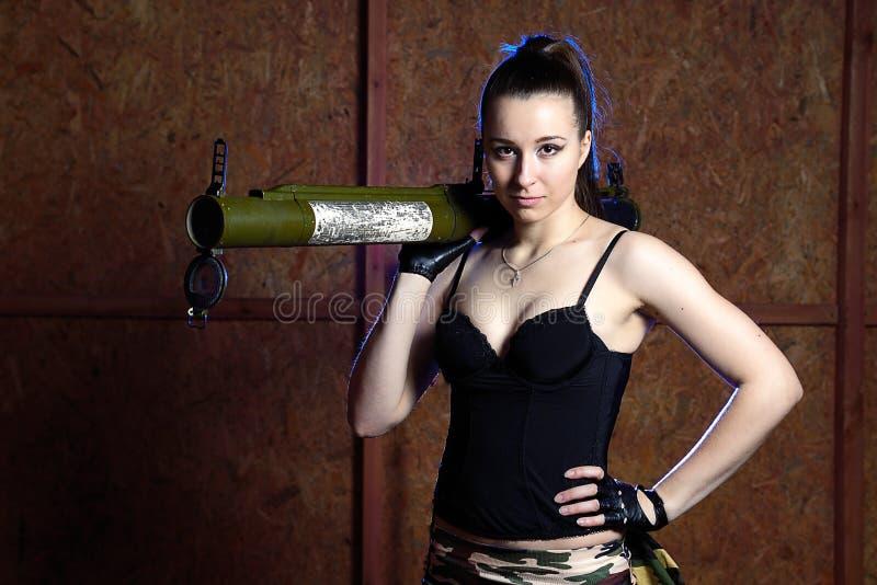 Piękna kobieta z rosyjskim bazooka RPG - 18 zdjęcia royalty free