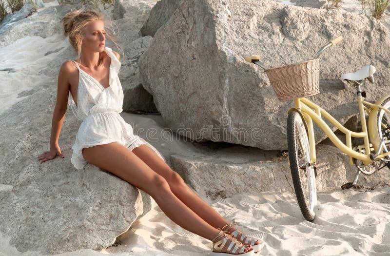 Piękna kobieta z rowerem na plaży zdjęcia royalty free