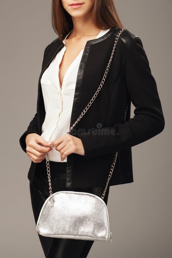 Piękna kobieta z srebną mody torbą zdjęcie stock