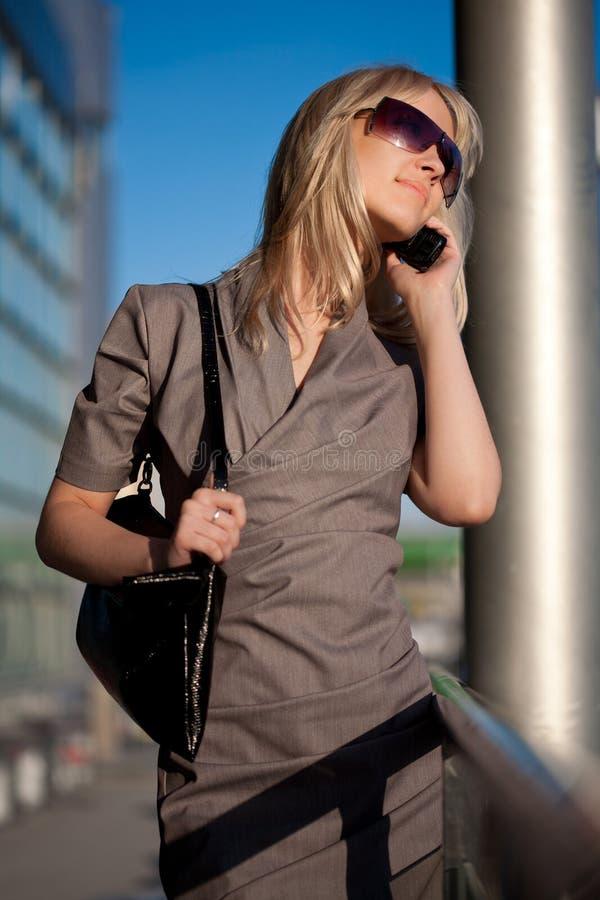 Piękna kobieta z telefonem komórkowym w mieście obraz royalty free