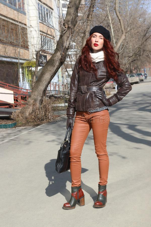 Piękna kobieta z toreb pozami na ulicie obraz stock