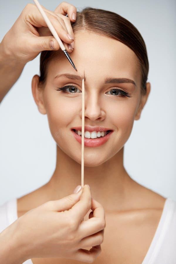 Piękna kobieta Z Twarzowym Makeup, piękno twarzy Kształtujące brwi obrazy royalty free