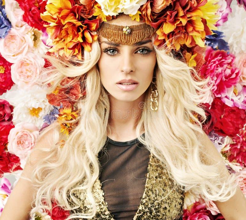 Piękna kobieta z udziałami kolorowi kwiaty obraz royalty free