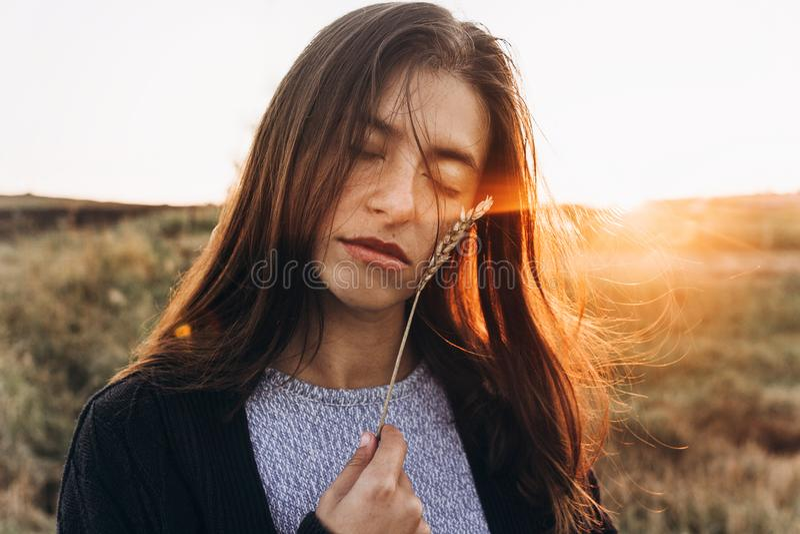 Piękna kobieta z uszatą banatką w światło słoneczne zmierzchu zmysłowym portra obrazy royalty free