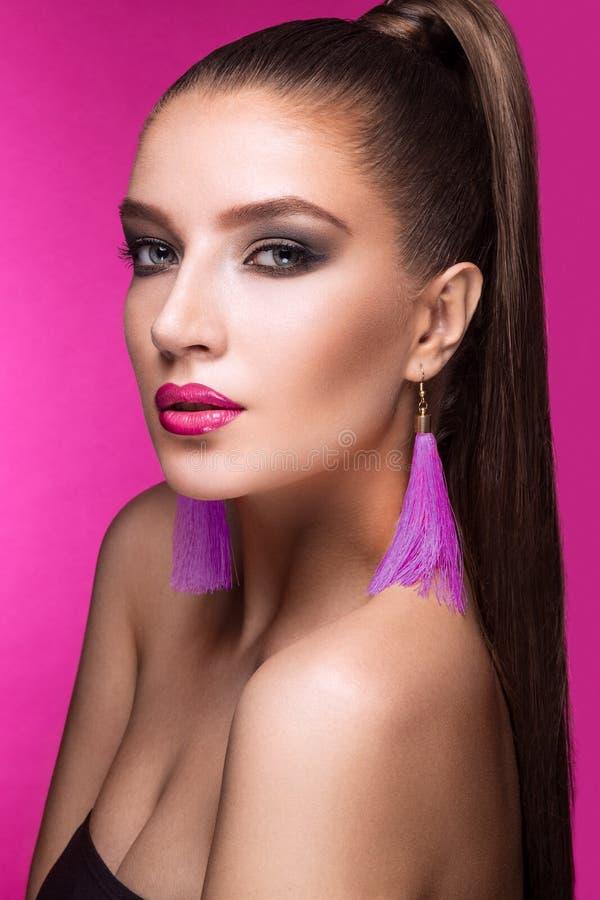Piękna kobieta z wieczór makijażem, jaskrawym zdjęcia stock