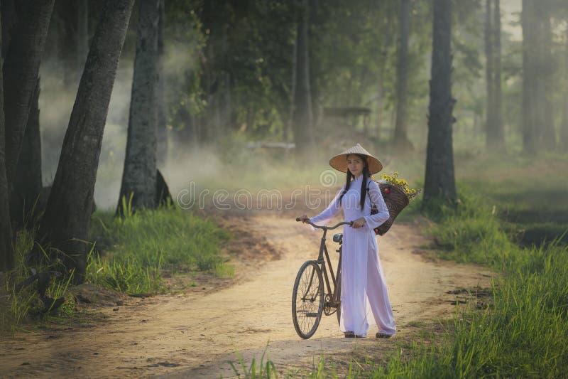 Piękna kobieta z Wietnam kultury tradycyjną suknią, tradycyjny kostium, rocznika styl, Wietnam obrazy royalty free