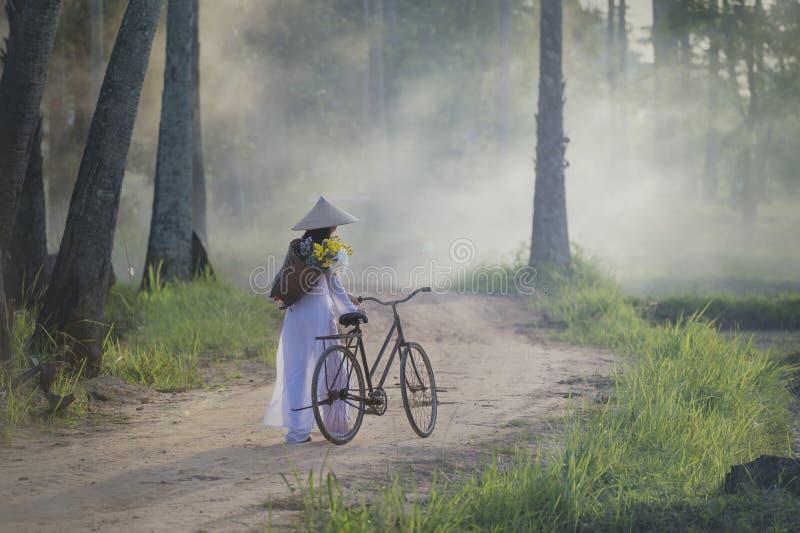 Piękna kobieta z Wietnam kultury tradycyjną suknią, tradycyjny kostium, rocznika styl, Wietnam obrazy stock
