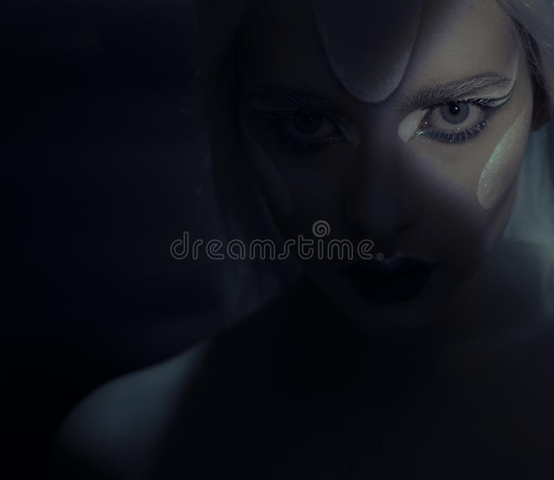 Piękna kobieta z zamarzniętym makeup w zmroku zdjęcie royalty free