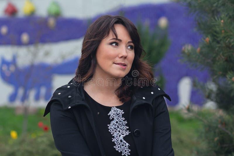 Piękna kobieta z zdumiewającym spojrzeniem zdjęcie stock
