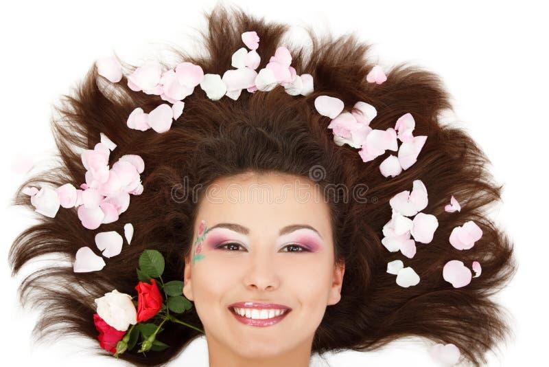 Piękna kobiety głowa z długim brunet włosy i różanym płatkiem zdjęcie stock