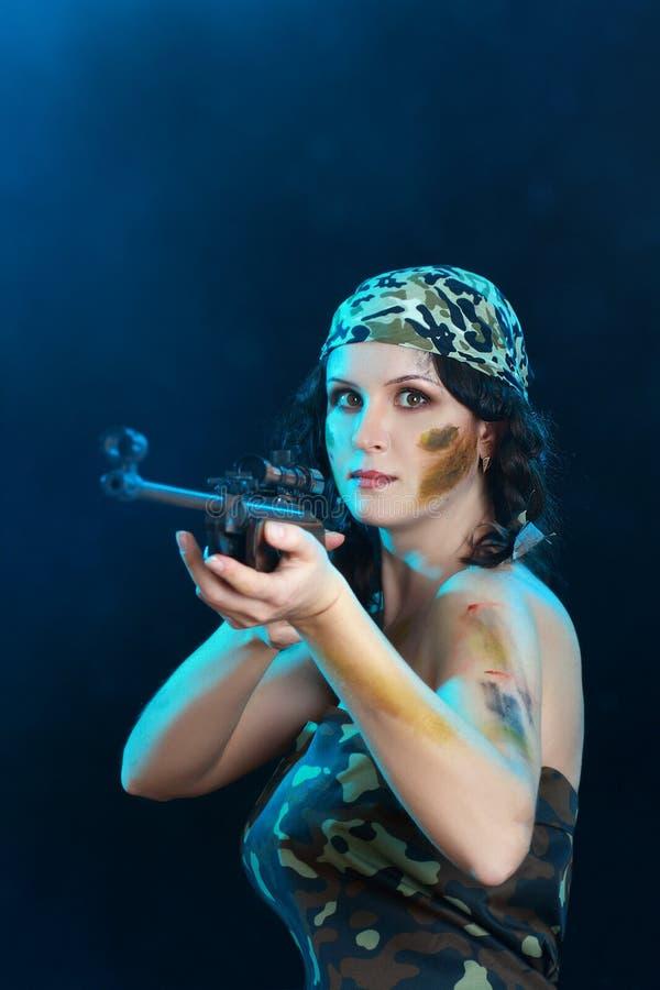 Piękna kobiety mienia broń obraz royalty free