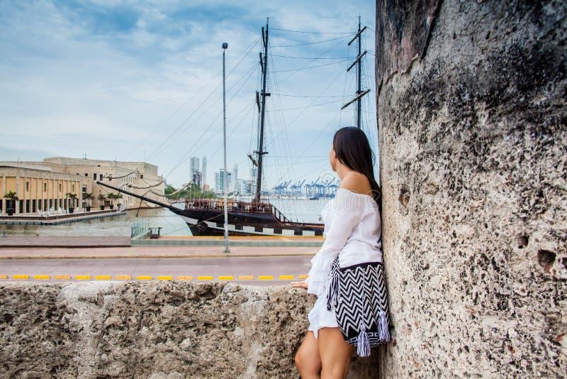 Piękna kobiety pozycja przy ścianami Cartagena De Indias patrzeje zatoka zdjęcie stock