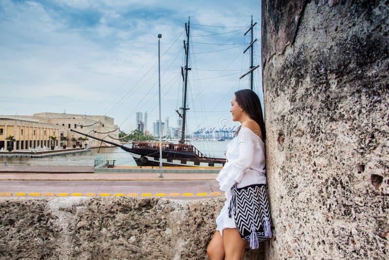 Piękna kobiety pozycja przy ścianami Cartagena De Indias patrzeje zatoka fotografia stock