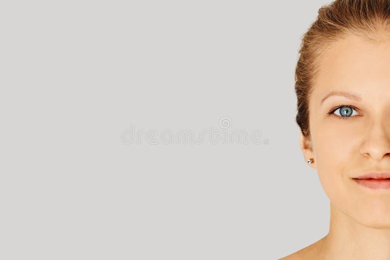 Piękna kobiety twarz z niebieskimi oczami i doskonalić skórą z naturalnym makijażem Naturalny pi?kno, kosmetologia i sk?ry opieka zdjęcia stock