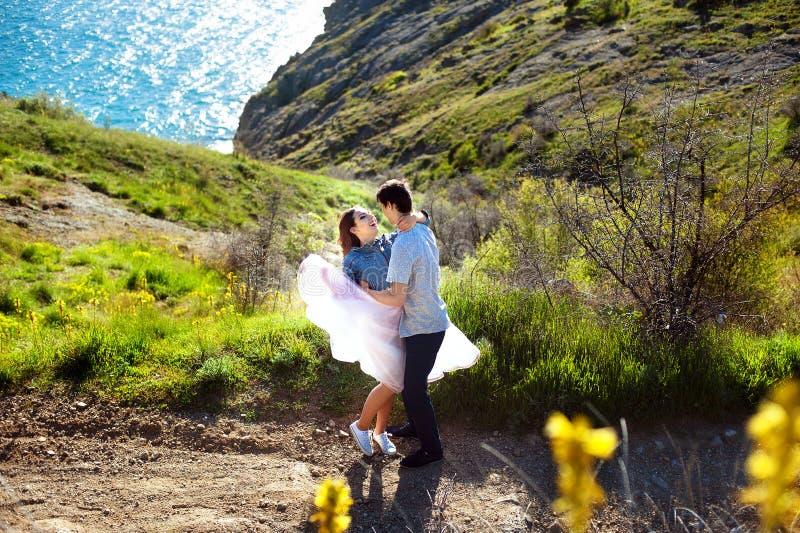 Piękna kochająca para iść dla spaceru outdoors zdjęcia royalty free