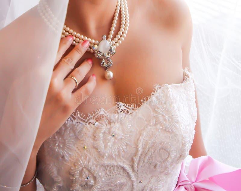 Piękna kolia na panny młodej klatce piersiowej. zdjęcia royalty free