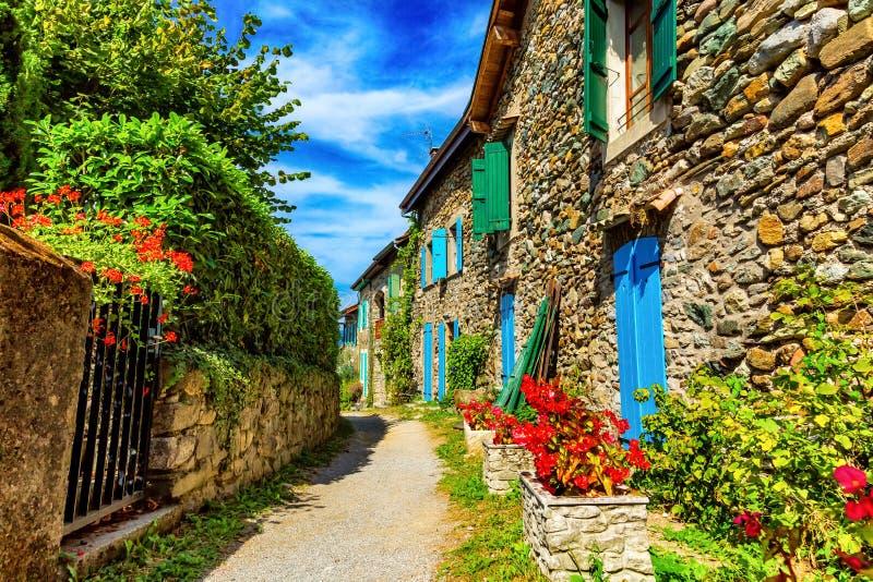 Piękna kolorowa średniowieczna aleja w Yvoire miasteczku w Francja obrazy royalty free
