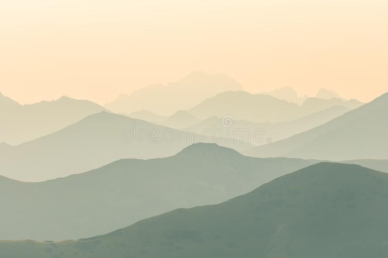 Piękna, kolorowa, abstrakcjonistyczna halna sceneria w wschodzie słońca, Minimalisty krajobraz góry w ranku w błękitnych brzmieni zdjęcie stock