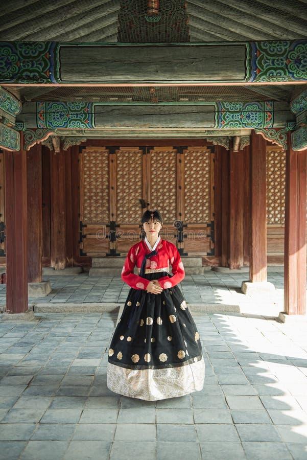 Piękna Koreańska dziewczyna w Hanbok przy Gyeongbokgung tradycyjna koreańczyk suknia fotografia stock