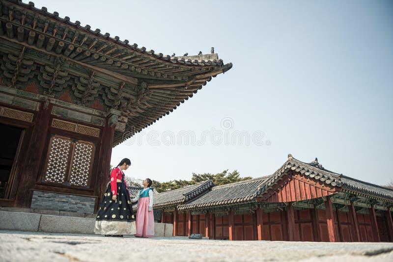 Piękna Koreańska dziewczyna w Hanbok przy Gyeongbokgung tradycyjna koreańczyk suknia obrazy stock