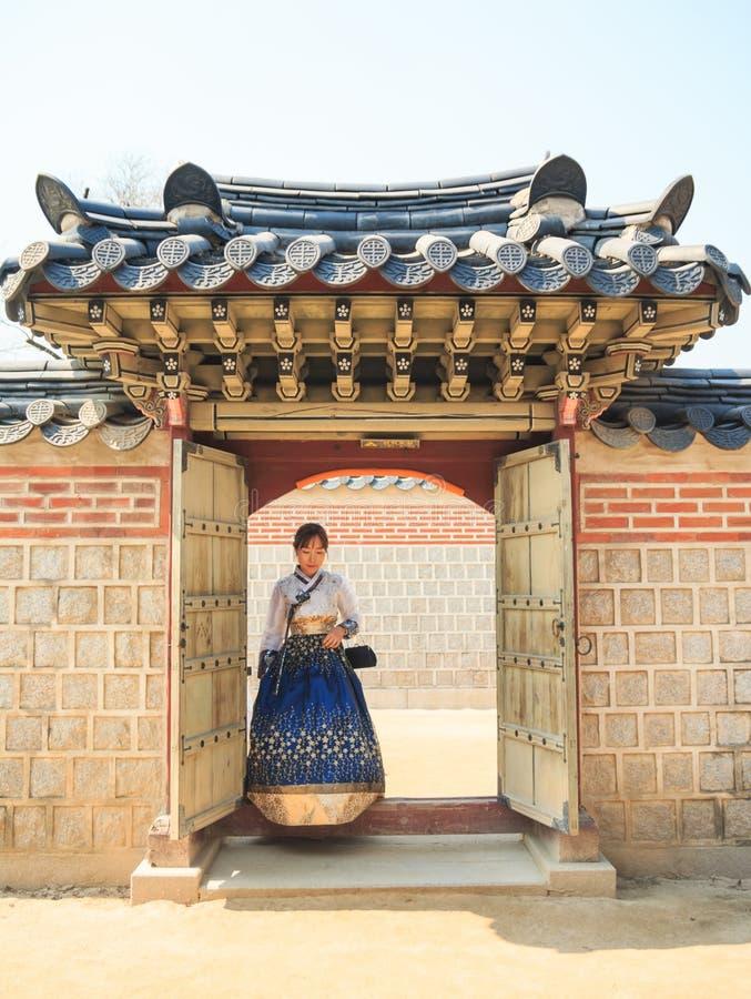 Piękna Koreańska kobieta ubierał Hanbok, Koreańska tradycyjna suknia w Gyeongbokgung pałac, zdjęcie royalty free