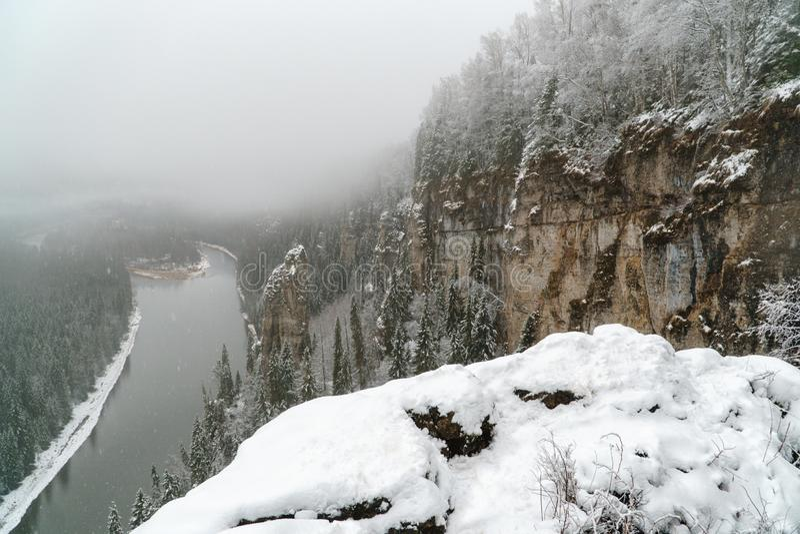 piękna krajobrazowa gór wschód słońca zima nowenna Rosja, Ural, Usva kamienie fotografia royalty free