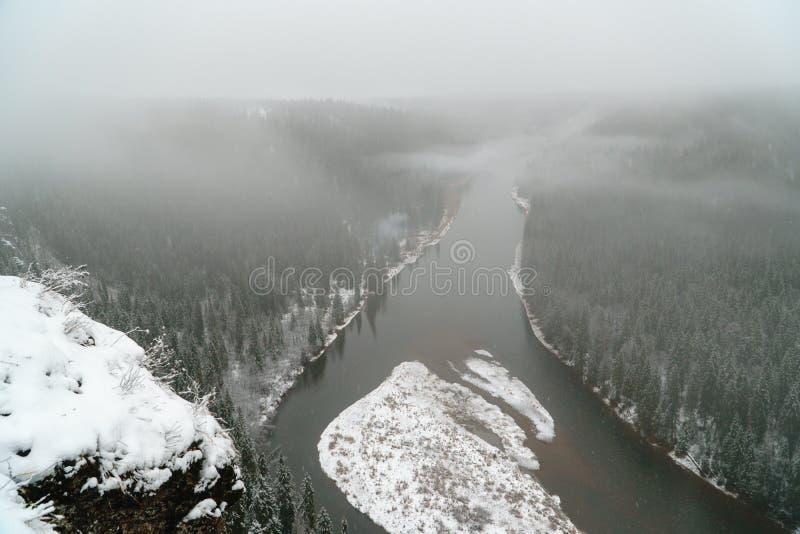 piękna krajobrazowa gór wschód słońca zima nowenna Rosja, Ural, Usva rzeka fotografia stock