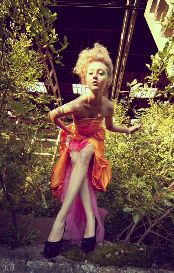 piękna kreatywnie dziewczyna robi maskowy up zdjęcia stock
