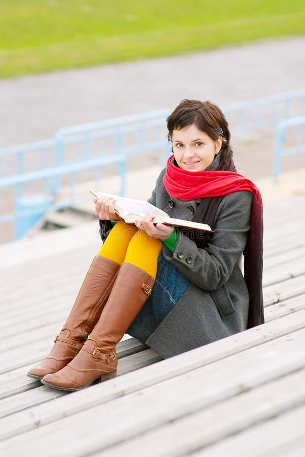 Download Piękna Książka Czyta Kobiet Potomstwa Obraz Stock - Obraz złożonej z fielder, edukacja: 13338833