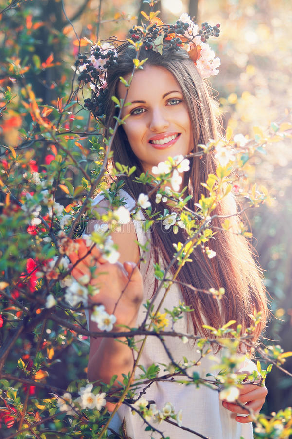 Piękna kwiat boginka ono uśmiecha się z uroczym wyrażeniem obraz stock