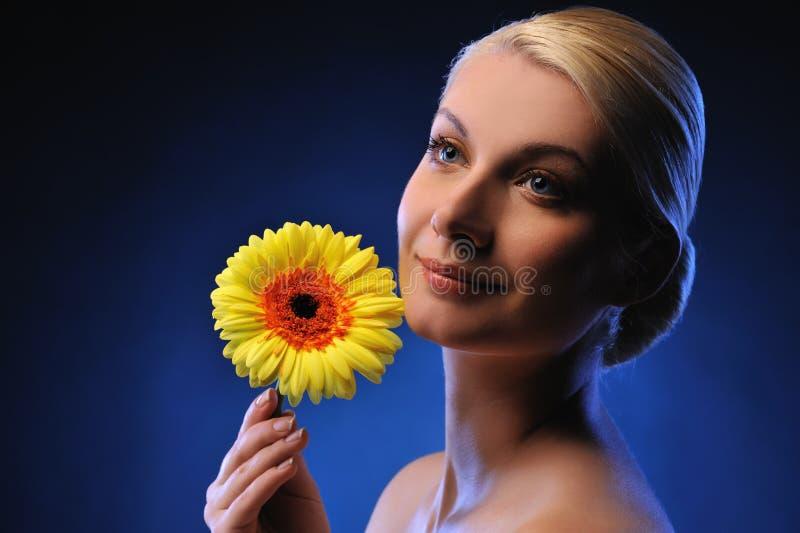piękna kwiatu gerber kobieta zdjęcia royalty free