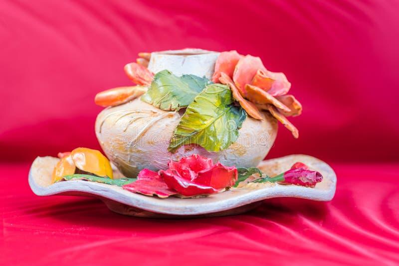 Piękna kwiecista gliniana waza fotografia royalty free