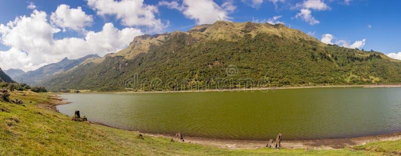Piękna laguna lokalizować w Papallacta Andyjscy średniogórza w słonecznym dniu z gór behinds w Quito Ekwador, fotografia stock
