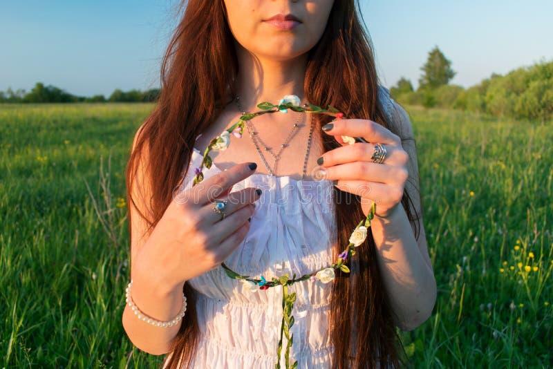 Piękna lasowa dziewczyna Mori z wiankiem w jej ręce zdjęcia stock