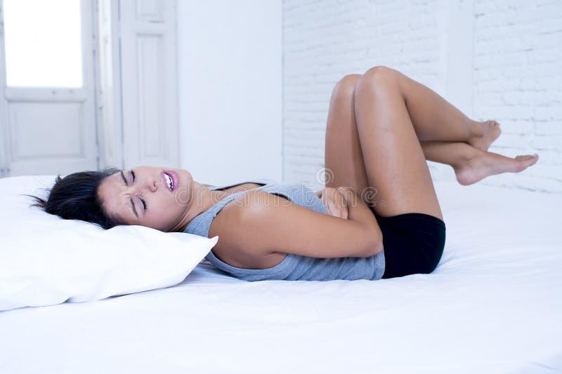 Piękna latynoska kobieta cierpi menstrual okresu ból w bolesnym wyrażeniowym mienie brzuchu zdjęcia royalty free
